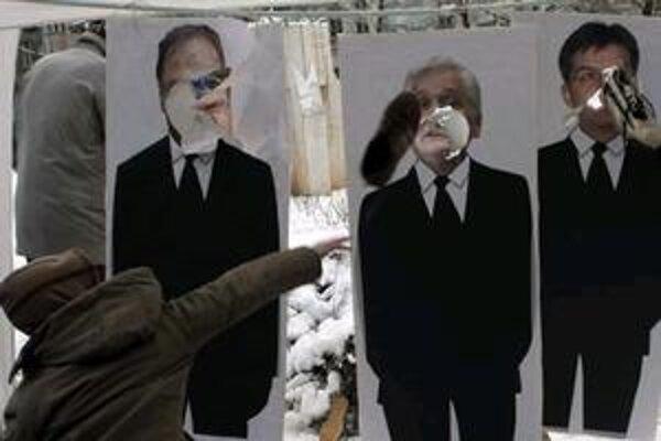 Bosniaci hádžu topánky do posterov zobrazujúcich bosnianskeho ministra zahraničných vecí Mladena Ivaniča (vľavo), bosnianskeho premiéra Nikola Spiriča (uprostred) a vysokého predstaviteľa medzinárodného spoločenstva a osobitného vyslanca EÚ v Bosne sloven