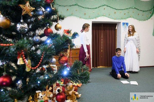 Na minuloročnom predvianočnom stretnutí a odovzdávaní kníh pre deti pripravili organizátori aj krátke divadelné predstavenie.