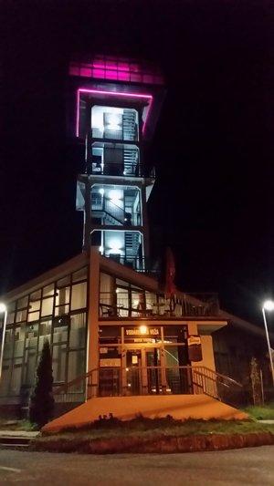 Vodárenská veža bude svietiť dva dni na purpurovo.