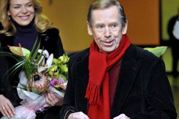 Václav Havel odchádza z nemocnice.