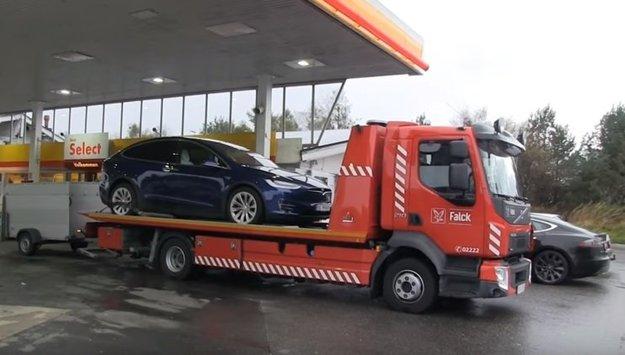 Po Bjørnovu Teslu musela prísť odťahovka. Auto ukazovalo chybové hlásenie a nedalo sa znovu naštartovať.