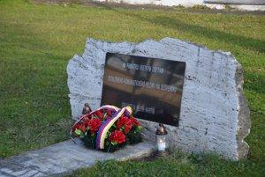 Pamätník obetiam komunizmu je umiestnený pred MsÚ Martin.