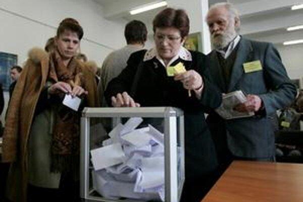 Kongres Zväzu Poliakov prebiehal za prítomnosti veľkého počtu policajtov, a 16 z dovedna 174 delegátov sa ho nezúčastnilo. Na fotografii voľby počas kongresu v Grodne.