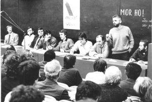 Banskobystričan Ivan Bača (piaty zľava) na sneme Verejnosti proti násiliu.