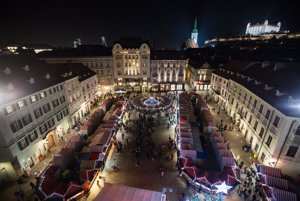 Vianočné trhy na Hlavnom námestí v Bratislave.