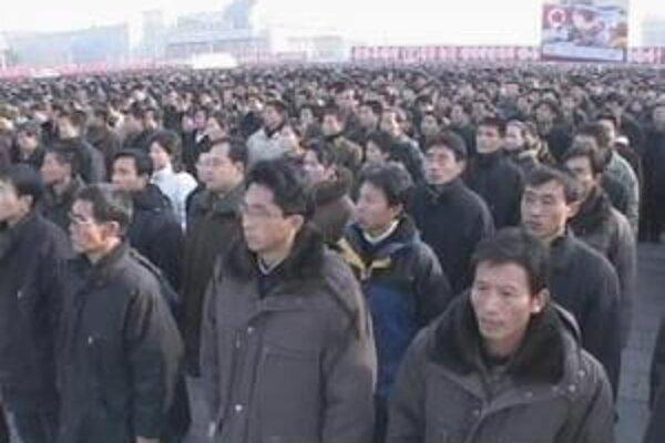 Začiatkom januára sa v Pchjongjangu zišlo na námesti 100 tisíc ľudí, aby