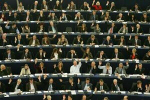 Poslanci Európskeho parlamentu v Štrasburgu. Reforma by mala okrem iného priniesť živšiu debatu, efektívnejšie prijímanie pozmeňujúcich návrhov, či zlepšenie prítomnosti poslancov v pléne počas dôležitých debát.