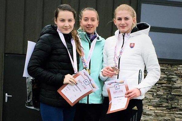 Nikola Štefundová (vpravo) na stupňoch víťazov.