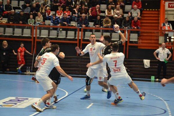 Snímka z vlaňajšieho duelu Pov. Bystrica (V bielom) - Partizan Belehrad