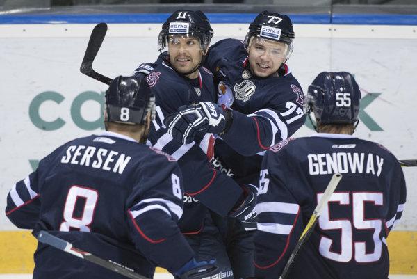 Zach Boychuk (druhý zľava) opúšťa Slovan.