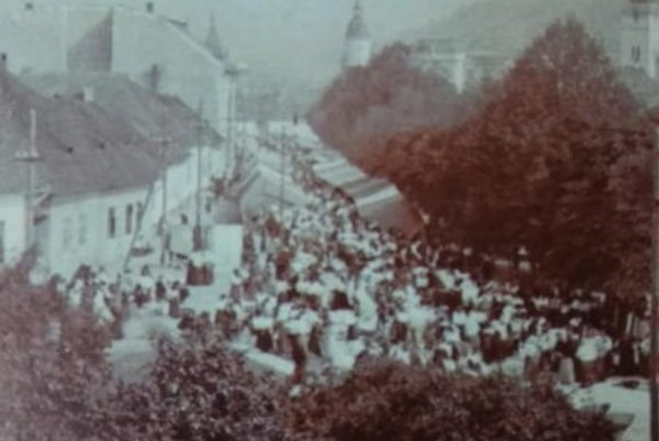 Jarmoky bývali tradične na námestí pred kostolom.