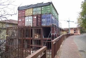 Lodné kontajnery na Podzámskej ulici.