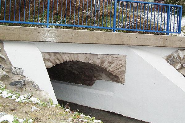 Vynovený most na konci dediny.
