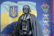 Prezidentské voľby na UkrajineČlen Internetovej strany, ktorý kandiduje za primátora Kyjeva ako Darth Vader z Hviezdnych vojen, prišiel taktiež voliť. Volebná komisia mu to nakoniec neumožnila, pretože po jej vyzvaní si odmietol zložiť masku a tak si jeho totožnosť členovia komisie nemohli overiť.