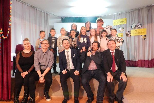 Víťazi festivalu - žiaci zo Základnej školy Haniska pri Košiciach, spolu sporotou.