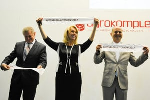 Mário Dinga (vpravo) na snímke so svojou kolegyňou zo SNS Evou Antošovou a županom Milanom Belicom.