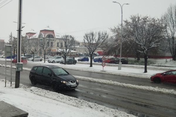 Na cestách sa nachádza vrstva kašovitého snehu.