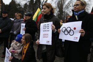 Demonštranti protestujú proti intervencii Ruska na Ukrajine pred ruským veľvyslanectvom v litovskom Vilniuse.