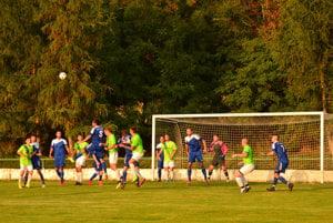 Nová Ves (v modrom) zvládla jesennú časť VII. ligy juh bravúrne.