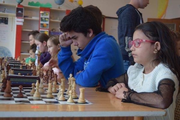 Na fotografii v popredí talentovaná šachistka Agáta Berková.