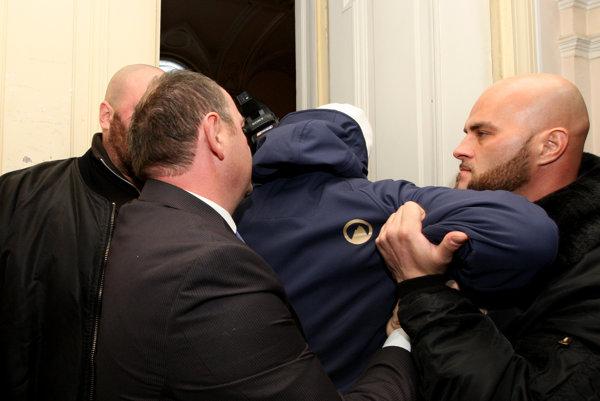 Incident pred sálou, v ktorej sa konalo ustanovujúce župné zastupiteľstvo.