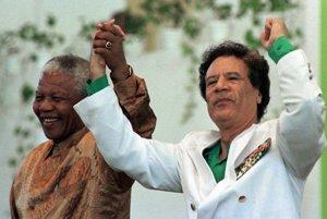 Nelson Mandela s líbyjským prezidentom Muammarom Kaddáfím v roku 1997.