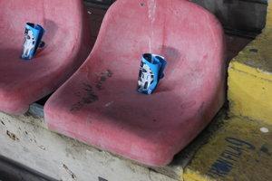 Stoličky sú špinavé. Ľudia si na ne dávajú noviny alebo reklamné letáky.