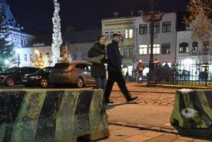 Pracovníci Správy mestskej zelene rozmiestnili veľké ťažké kvetináče s nasadenými ihličnanmi a betónové zábrany na všetky prístupové cesty do centra Košíc.