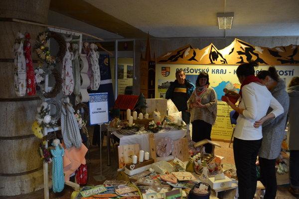 Vystavovatelia ponúkali na predaj adventné vence, ozdoby na stromček a rôzne darčeky s vianočnou tématikou.