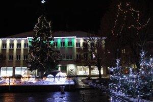 Vianočné osvetlenie námestia rozsvietil Mikuláš.