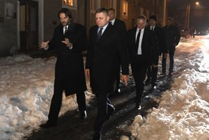 Premiér Róbert Fico a minister vnútra Róbert Kaliňák po skončení rokovania navštívili sídlisko SNP v Revúcej, ktoré obývajú aj neprispôsobiví obyvatelia.
