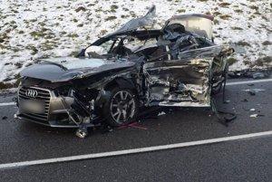 Audi po zrážke s kamiónom.