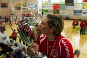 Bojničanka s cennou trofejou.