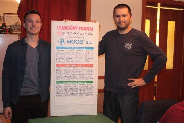 Žrebovací podvečer manažovali redaktori MY Nitrianskych novín Martin Kilian starší (vpravo) a Martin Kilian mladší.