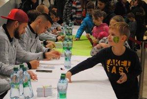 O podpisy žilinských futbalistov bol veľký záujem.