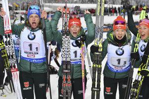 Zľava Vanessa Hinzová, Franziska Hildebrandová, Maren Hammerschmidtová a Laura Dahlmeierová sa tešia po víťazstve v pretekoch štafiet.