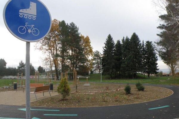 Cyklochodník a work-outové ihrisko v mestskom parku.