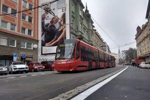 Skúšobná jazda električky 24. novmebra po vymenených koľajách na Špitálskej ulici.