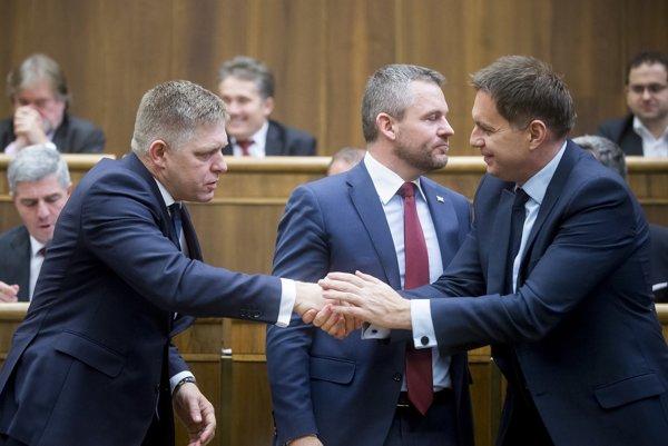Robert Fico blahoželá Petrovi Kažimírovi k úspechu.