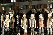 Deti na pódiu pri spievaní kolied vo Vranove.