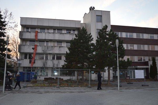 V prvej fáze by sa mali odstraňovať balkóny.