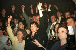 Rozkol v SNS. Jána Slotu odvolal snem z funkcie predsedu strany, potom prišiel aj o parlamentné funkcie. Strany sa zmocnila Anna Belousovová Malíková. Slota neskôr založil Pravú SNS a neúspech oboch strán bol jedným z faktorov, ktorý umožnil o tri roky neskôr vznik druhej vlády Mikuláša Dzurindu.