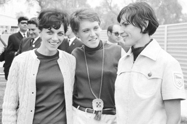 Eva Gleksová (vľavo) so štvorstovkárkov Annou Chmelkovou a výškarkov Máriou Mračnovou, vtedy ešte Faithovou (vpravo), na snímke z olympidády v Mexiku v roku 1968.