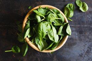 Listová zelenina je skvelým zdrojom živín, ktoré telo nabíjajú energiou. Má vysoký obsah železa, vápnika, horčíka, draslíka a vitamínov A, C, E a K. Zároveň sú plné kyseliny listovej, vlákniny a antioxidantov. Vďaka obsahu železa môžu pomôcť pri boji s únavou.