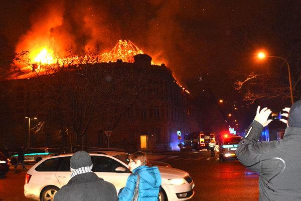 Strecha univerzitnej budovy v plameňoch.