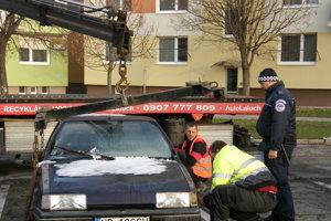 Pri odvoze nepojazdného auta asistovala mestská polícia.