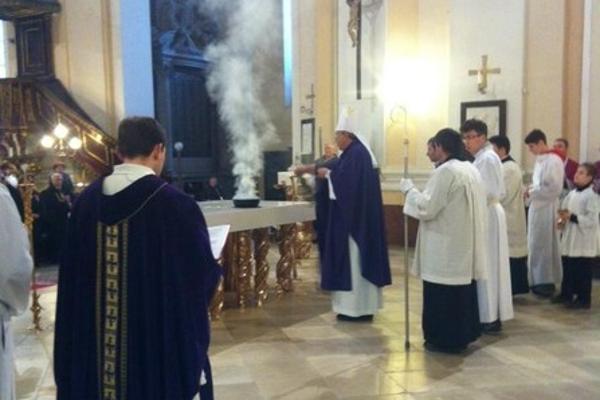 Arcibiskup Ján Orosch posvätil oltár, ktorý objednal jeho predchodca Róbert Bezák. Mal byť vtrnavskej katedrále, je však vkomárňanskom kostole.
