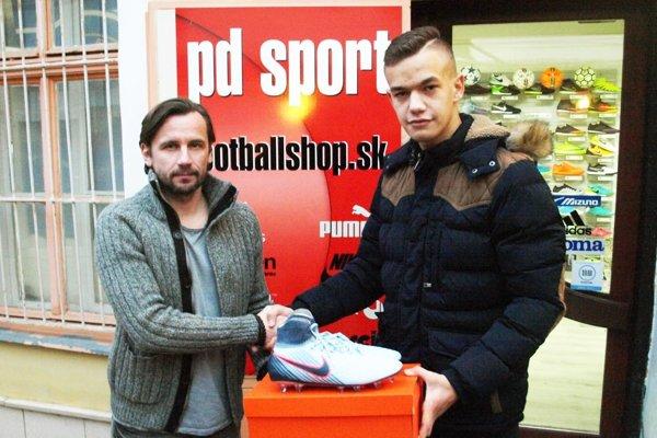 """Peter Domasta (vľavo) blahoželá Adamovi Laukovi k novým """"strelkám""""."""