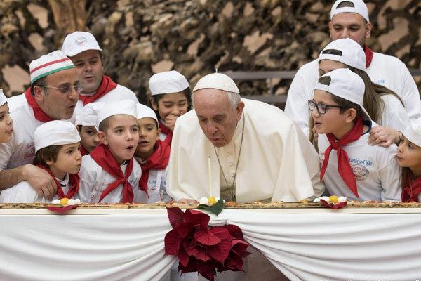 Pápež František oslávil 81. narodeniny s deťmi z pediatrickej kliniky