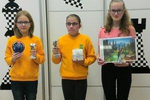 Nová hráčka Kysuckej šachovej školy Miriam Miková (tretia zľava) s pohárom za druhé miesto.